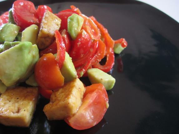tofu avocado e pomodoro