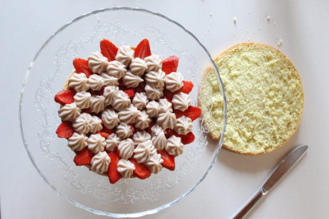 torta triplo strato con crema ciocc bianco e fragole (2)