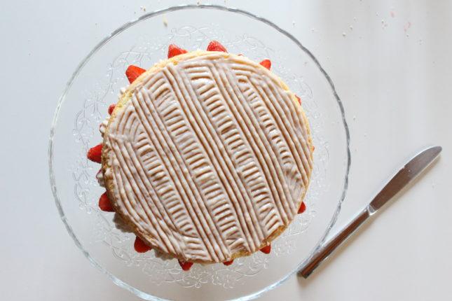 torta triplo strato con crema ciocc bianco e fragole (3)