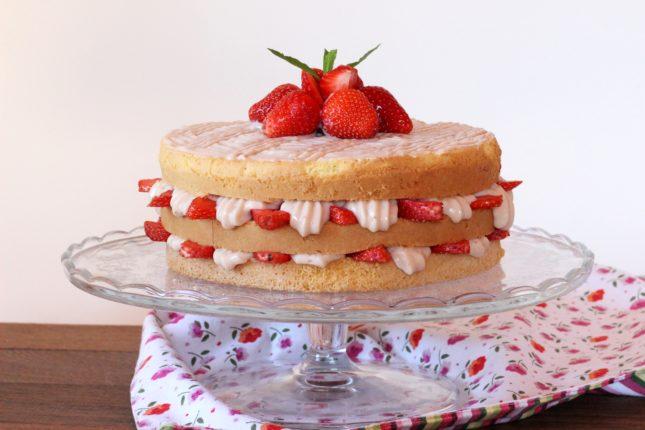 torta triplo strato con crema ciocc bianco e fragole (5)