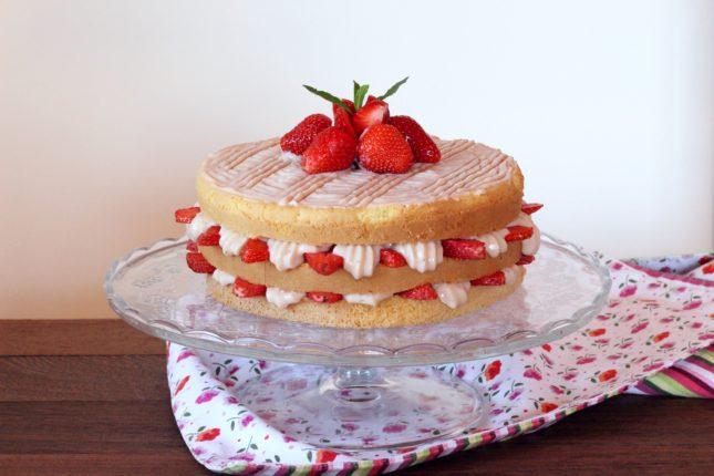 torta triplo strato con crema ciocc bianco e fragole (6)